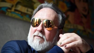 Der Musiker und Schauspieler Friedrich Liechtenstein im Porträt mit seinem Markenzeichen, einer Sonnenbrille. (dpa-Zentralbild/ Britta Pedersen)
