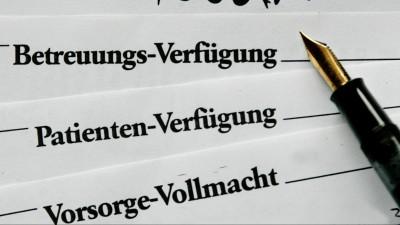 Ein Füllhalter liegt am Dienstag (20.01.2009) neben den Formularen für eine Betreuungs-Verfügung, einer Patienten-Verfügung und einer Vorsorge-Vollmacht (Illustration zum Thema Patientenverfügung). (picture-alliance / Roland Weihrauch)
