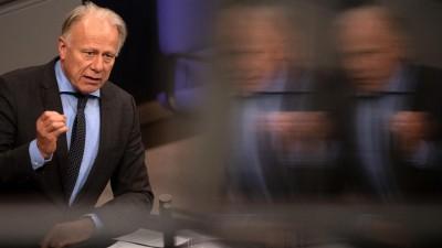 Jürgen Trittin (Grüne) spricht im Bundestag, das Bild rechts wird unscharf (dpa/Ralf Hirschberger)