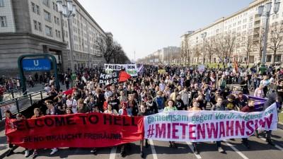Der Demonstrationszug gegen steigende Mieten vom Bündnis gegen Verdrängung und #Mietenwahnsinn zieht durch die Karl-Marx-Allee in Berlin. (dpa / picture alliance / Christoph Soeder)