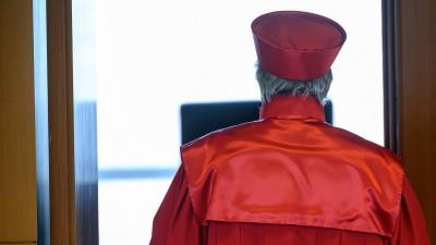 AndreasVoßkuhle, Vorsitzender des Zweiten Senats beim Bundesverfassungsgericht, verlässt nach der Urteilsverkündung des zweiten Senats des Bundesverfassungsgerichts (BVerfG) zu milliardenschweren Staatsanleihenkäufen der Europäischen Zentralbank (EZB) den Sitzungssaal. (dpa/ Sebastian Gollnow)