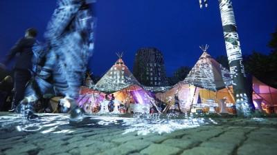 Auf dem Festivalgelände des E-Werks beim Kultursymposium in Weimar stehen Zelte, auf die Bilder und Schriften projiziert sind. (Joerg Glaescher/Goethe-Institut)
