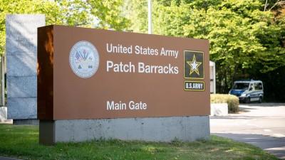 Ein Schild weist auf den Haupteingang der US-Kaserne Patch Barracks inStuttgart hin (picture alliance/Sebastian Gollnow/dpa)