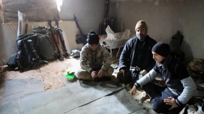 Das Foto zeigt Kämpfer der Rebellen nahe Aleppo, die Tunnel bauen, um sich auf einen Angriff der syrischen Streitkräfte vorzubereiten. (picture alliance / ZUMA Press / Juma Mohammad)