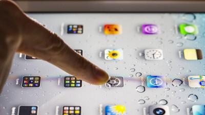 Eine Person tippt mit dem Finger auf ein Tablet. (imago / Jochen Tack)