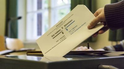 Eine Wählerin wirft bei der Bundestagswahl 2017 einen Stimmzettel in eine Urne (imago )