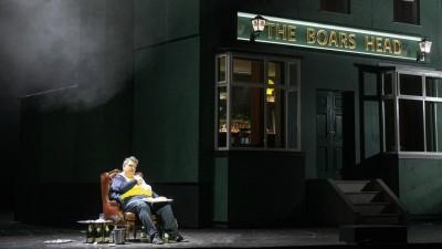 Der Sänger Ambrogio Maestrisitzt in der Rolle desFalstaff auf der Bühne der Staatsoper Hamburg. (Staatsoper Hamburg / Monika Rittershaus)