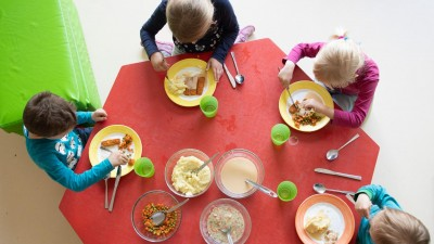 Kinder sitzen im Rahmen der Notbetreuung in einem Kindergarten in Sachsen während des Mittagessens an einem Tisch. (picture alliance/dpa/Sebastian Kahnert)