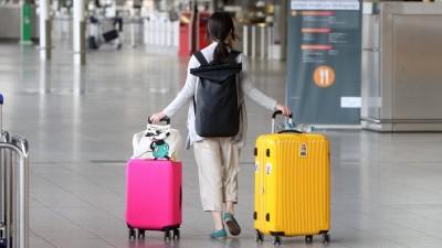 Eine einsame Reisende mit zwei großen Koffern menschenleeres Terminal 1 in der Abflughalle B im Flughafen Frankfurt, Hessen, Deutschland (www.imago-images.de/Ralph Peters)