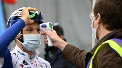 Fiebermessen beim Radsport, hier bei Mauri Vansevenant. (www.imago-images.de)