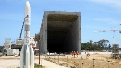 19.10.2018, Frankreich, Kourou: Das Bild zeigt die Baustelle für die Startanlage der neuen Trägerrakete Ariane 6 auf dem Weltraumbahnhof Kourou in Französisch-Guayana. Die Ariane 6 soll am 16. Juli 2020 erstmals ins Weltall starten. (picture alliance/dpa/Janne Kieselbach)