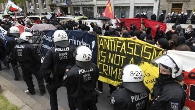 26.06.2021, Nordrhein-Westfalen, Düsseldorf: Polizisten begleiten einen Protestzug gegen das geplante Versammlungsgesetz für Nordrhein-Westfalen.  (picture alliance / dpa / Roberto Pfeil)