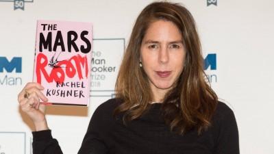 """Die Autorin Rachel Kushner hält ihr Buch """"Ich bin ein Schicksal"""" in der englischen Variante in die Kamera. (imago stock&people / Ray Tang)"""