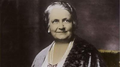 Maria Montessori, italienische Pädagogin, kolorierte Porträtaufnahme um 1920. (akg images)