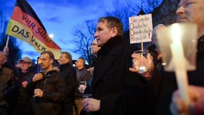 Björn Höcke (Mitte), Fraktionschef der AfD im Thüringer Landtag, protestiert Anfang März mit Mitgliedern und Anhängern der AfD am Thüringer Landtag gegen eine mögliche Wahl des Linke-Politikers Bodo Ramelow. (picture alliance / dpa-Zentralbild / Martin Schutt)