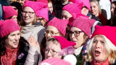 Frauen tragen am 11.03.20217 in Lübeck (Schleswig-Holstein) auf einem Women's March für Frauen- und Menschenrechte rosa Strickmützen, Pussy Hats, die zuerst von amerikanischen Frauen als Zeichen des Protests gegen das Frauenbild des amerikanischen Präsidenten Donald Trump eingesetzt wurden. (picture-alliance / dpa / Markus Scholz)