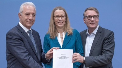 Das Foto zeigt den Vorstand der Kohlekommission, bestehend aus Stanislaw Tillich (l-r, CDU), Barbara Praetorius und Ronald Pofalla. (dpa-Bildfunk / Jörg Carstensen)