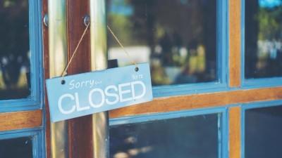 """Ein Schild mit der Aufschrift """"Sorry, we're closed"""" hängt an einer Ladentür. (Eyeem / Chokniti Khongchum)"""