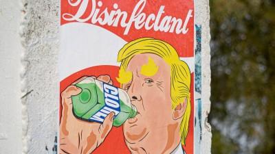 Plakat mit einer Zeichnung von Donald Trump, der Desinfektionsmittel trinkt. (Unsplash / Mika Baumeister)