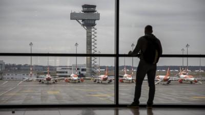 Ein Fluggast im Wartebereich des Terminals vom Flughafen Berlin-Brandenburg. (picture alliance / NurPhoto | Emmanuele Contini)