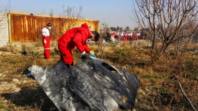 08.01.2020, Iran, Teheran: 6126086 08.01.2020 In this handout photo released by Iranian Red Crescent Society (IRCS), people work at the site of the Ukraine International Airlines' Boeing 737-800 passenger plane crash in the vicinity of the town of Parand, outside Tehran, Iran. The plane which was bound for Ukraine's capital of Kiev with almost 170 people on board, crashed earlier in the day shortly after take-off from Imam Khomeini International Airport. All passengers and crew lost their lives in the crash incident. Editorial use only, no archive, no commercial use. Iranian Red Crescent Society Foto: Iranian Red Crescent Society   (picture alliance / Roter Halbmond)