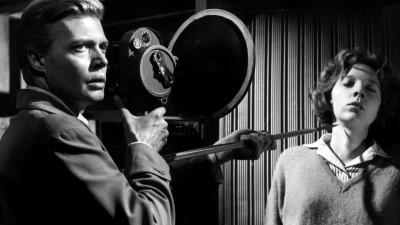 Karlheinz Böhm schultert eine Kamera und bedroht eine Frau mit einem spitzen Gegenstand. (imago stock&people)