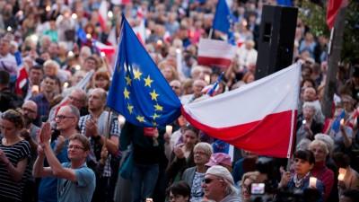 Polen, Krakau: Menschen protestieren gegen eine Justizreform, die vorsieht, dass Richter des Obersten Gerichts bereits mit 65 statt bisher 70 Jahren in den Ruhestand gehen. (picture alliance / Omar Marques)