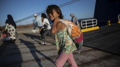 Ein afghanisches Kind verlässt ein Schiff im Hafen von Lavrio, Griechenland. Einige Menschen durften die Lager auf Lesbos verlassen. (dpa/picture alliance/AP/Petros Giannakouris))