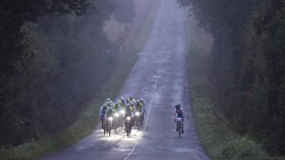 Ein Radteam fährt bei dem 1200km Rennen Paris-Brest-Paris durch den morgendlichen Nebel. ( imago / Florian Schuh)