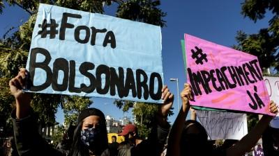 Auf einer Demonstration in Sao Paulo in Brasilien gegen den Präsidenten Jair Bolsonaro halten Demonstranten Plakate hoch (picture alliance / ZUMA Wire / Dario Oliveira)