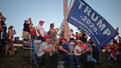 Trump-Anhänger in New Hampshire mit Wahlkampf-Flaggen (picture alliance/ Zuma Press/ Allison Dinner)