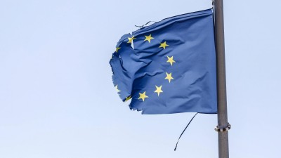 Eine zerrissene EU-Fahne flattert im Wind. (imago / Rupert Oberhäuser )