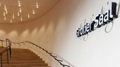 "Blick auf einen geschwungenen Treppenaufgang, rechts an der Wand steht der Schriftzug ""Großer Saal"". (picture alliance / imageBROKER)"