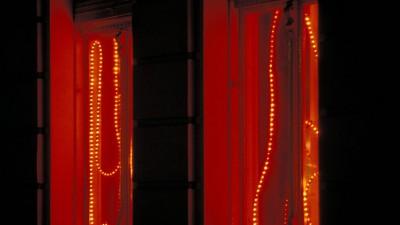 Ein illuminiertes Fenster im Rotlichtviertel in Berlin. (imago/ Steinach)