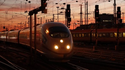 Ein Zug im Abendhimmel. (picture-alliance/Geisler-Fotopress)