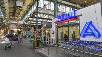 Der Aldi Markt in der Markthalle Neun in Berlin-Kreuzberg. (imago images / Schöning)