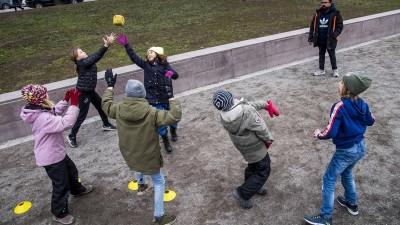 Mehrere Kinder spielen auf einem Spieplatz in Schweden zusammen mit einem Ball (imago images / Orre Pontus)