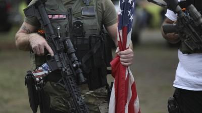 Mitglieder der Proud Boys und anderer rechtsnationaler Gruppierungen bei einem Aufmarsch in Portland.  (dpa/picture alliance/AP Photo/Allison Dinner)